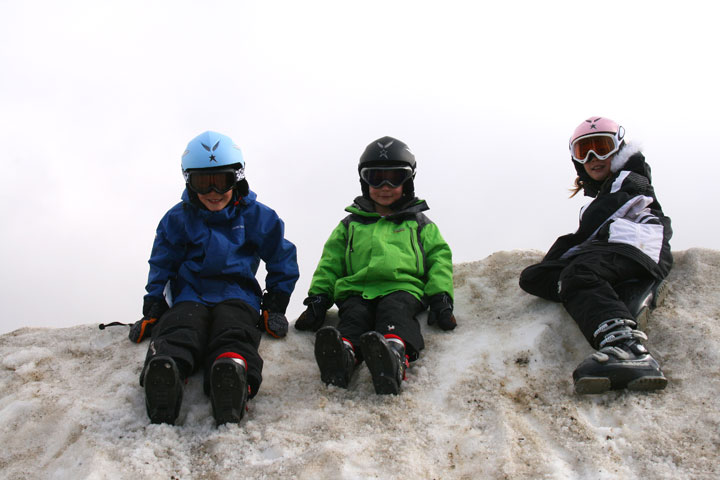 3-kids-sitting-in-snow