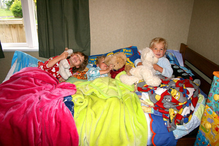 Kids_in_dans_bed_first_morning_72dp