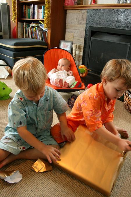 Kids_opening_pressies_smaller