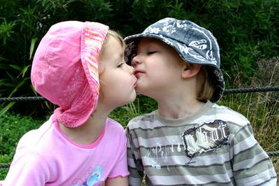 Matt_and_sarah_kissing_at_zoo_72dpi