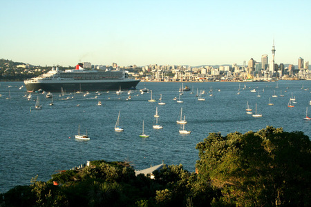 Qm2_entering_harbour_smaller_1